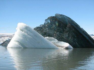 845697 Iceberg negro causa asombro en Internet