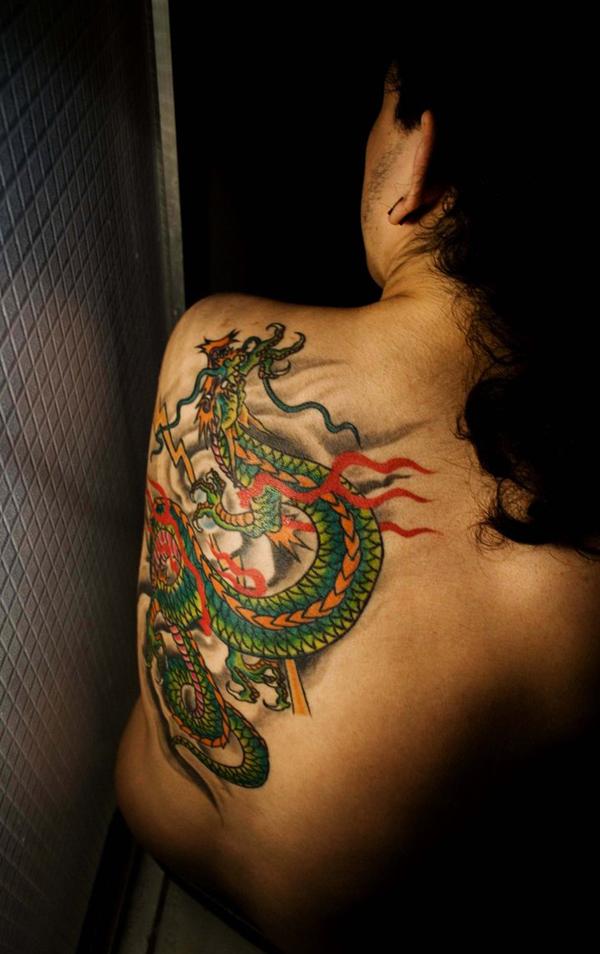 tatuaje dragon verde en espalda mujer