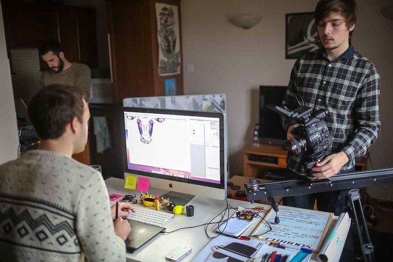 Mike Harrison diseñando en iMac