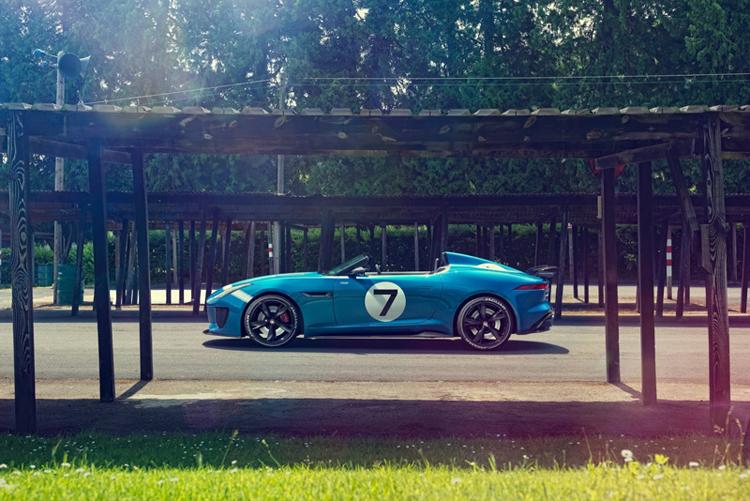 Fotografías Jaguar lateral en estacionamiento