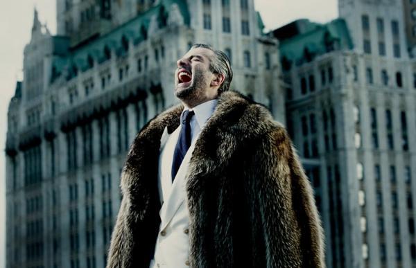 fotografia cinematografica hombre rico gritando