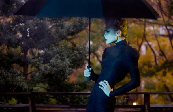 fotografia cinematografica mujer con sombrilla