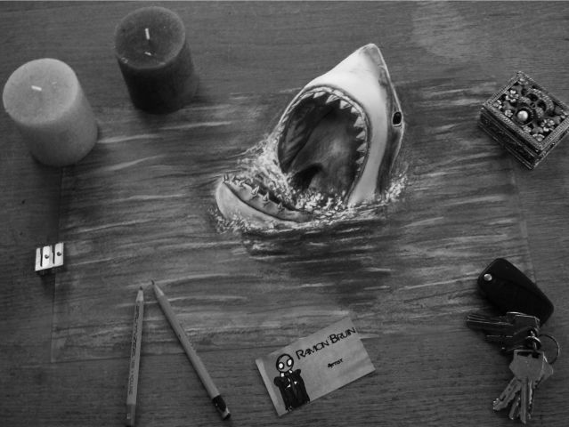 """Tiburon 3D saliendo de la """"hoja"""""""