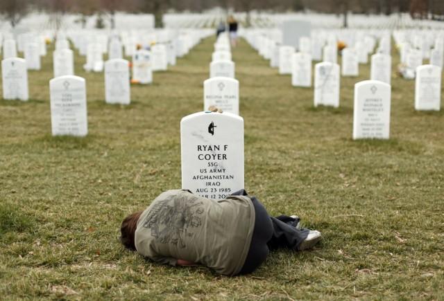 KEVIN LAMARQUE, Estados Unidos: Una mujer llorando junto a la tumba de su hermano.