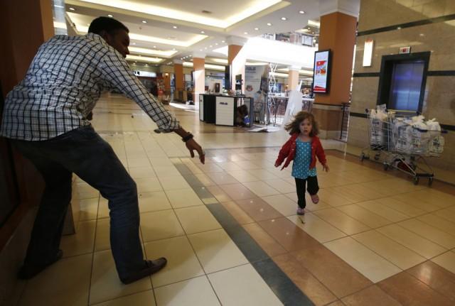 GORAN TOMASEVIC, Kenya: Momento en que una niña corre asustada durante la toma de reénes en un centro comercial de Kenya.