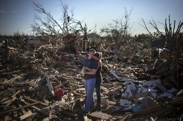 ADREES LATIF, Estados Unidos: Una pareja parada sobre los escombros de su casa después de los tornados que golpearon Oklahoma
