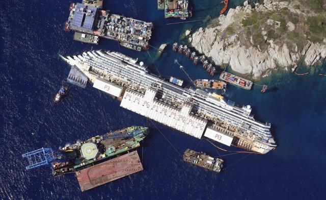 ALESSANDRO BIANCHI, Italia: Foto aérea que muestra el crucero Costa Concordia bárado sobre su costado en las costas italianas.