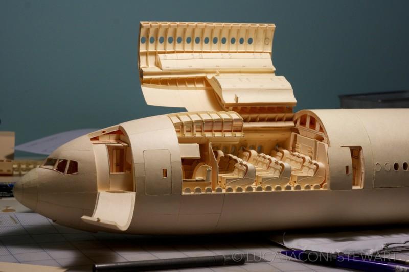 Avión ha escala con papel por Luca Iaconi-Stewart