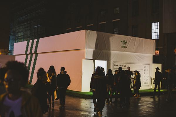 tienda adidas stan smith 2 Tienda de Adidas en honor a Stan Smith con forma de caja de tennis