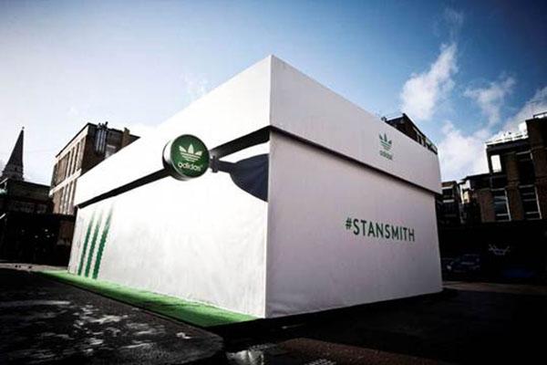 Tienda de Adidas en honor a Stan Smith con forma de caja de tennis