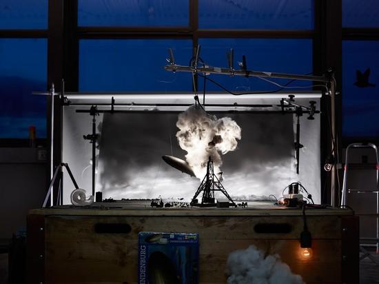 Representación del momento en que se incendia el dirigible Hindenburg en mayo de 1937