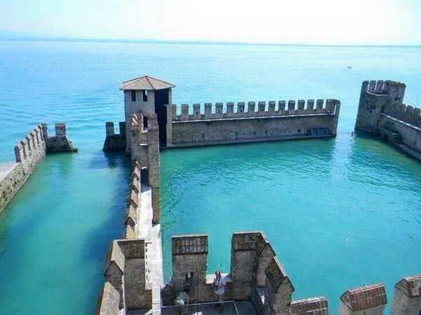 Como ya han dicho es el puerto del Castillo Scaligero, un parte del castillo turistico en Sirmione.