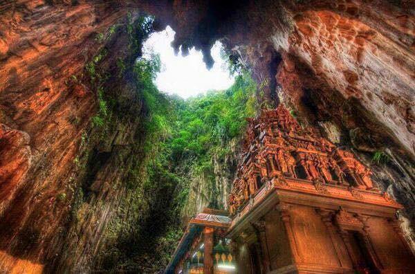 Templo en las profundidades de una caverna en Borneo, Malasia
