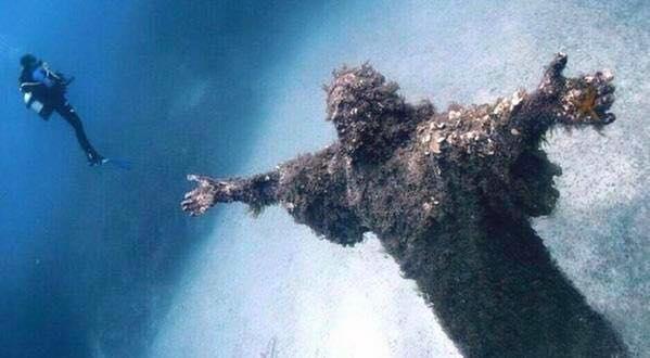 cristo redentor bajo el agua bahía de San Fruttuoso