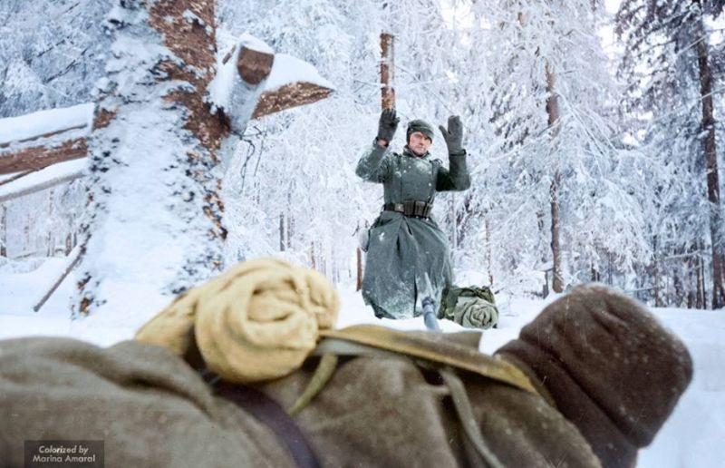 La rendición de un soldado alemán ante un soldado soviético cerca de Moscú (1941)