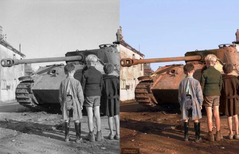 Tres niños franceses contemplan un tanque Panther alemán destruido cerca de Falaise, en Francia (1944)