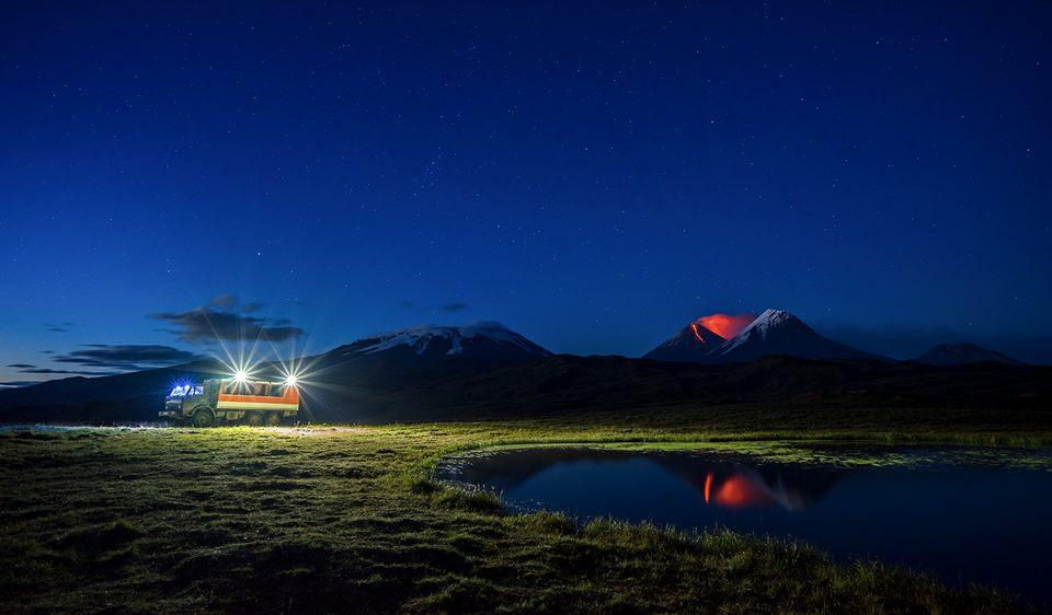 volcán en erupción y meteoro