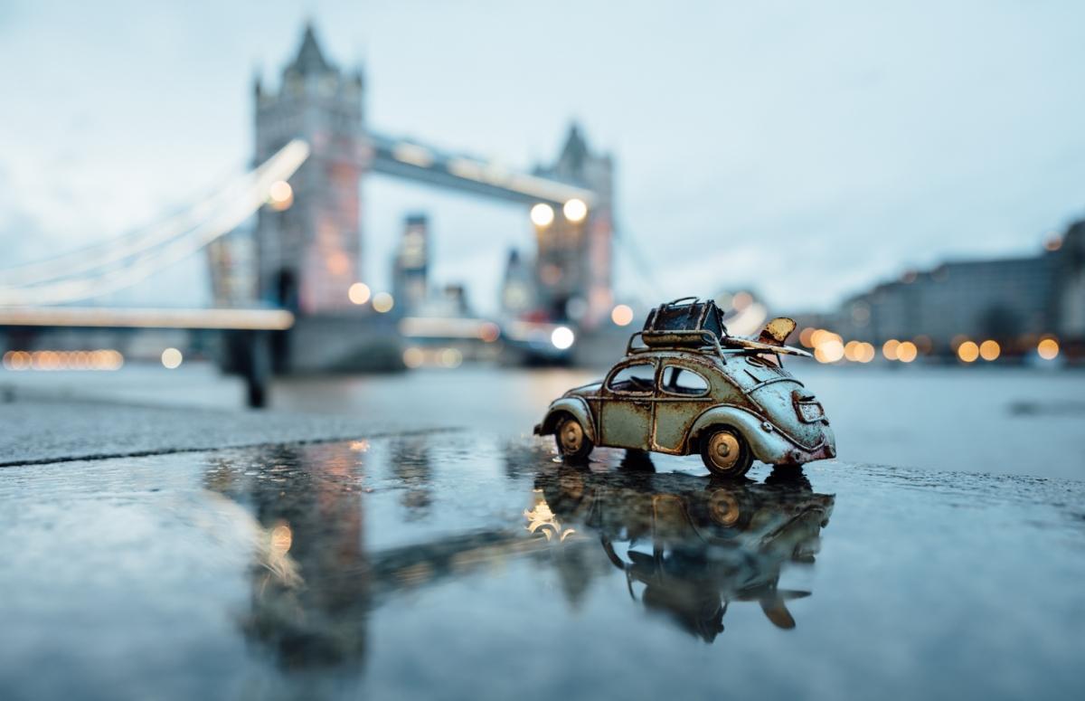 Fotografías con autos de juguete alrededor del mundo