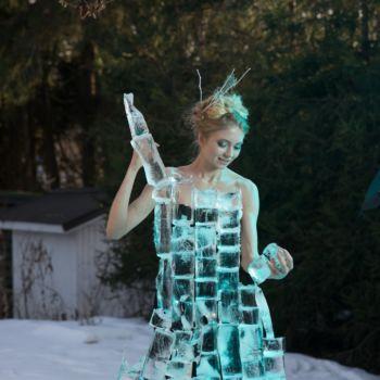 Fotógrafo construye un vestido de hielo para crear una genial doncella de hielo