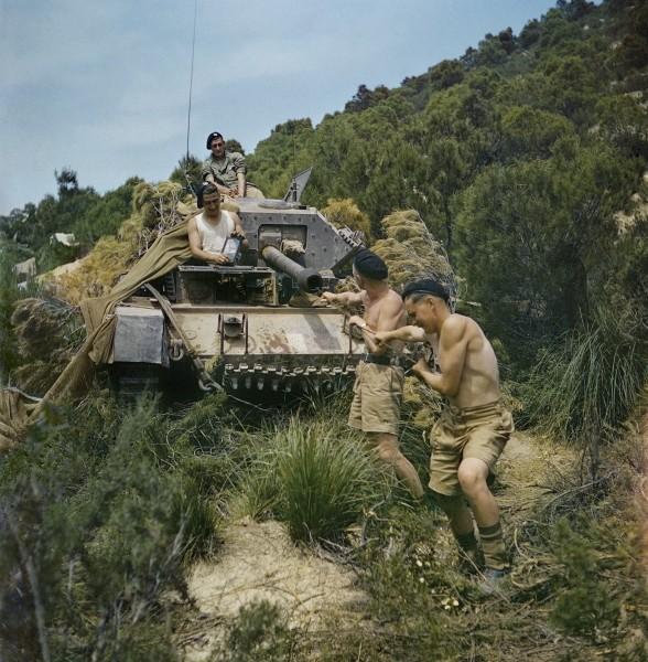 El ejercito británico conduciendo en Túnez