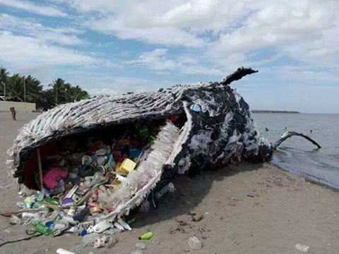 Ballena hecha de basura