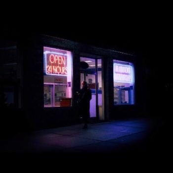 Neon Nights, una serie fotografica que relata la vida nocturna en NY (10)
