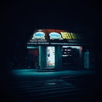 Neon Nights, una serie fotografica que relata la vida nocturna en NY (11)