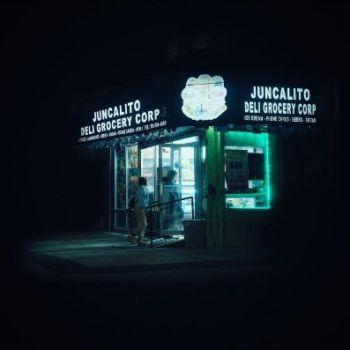 Neon Nights, una serie fotografica que relata la vida nocturna en NY (14)