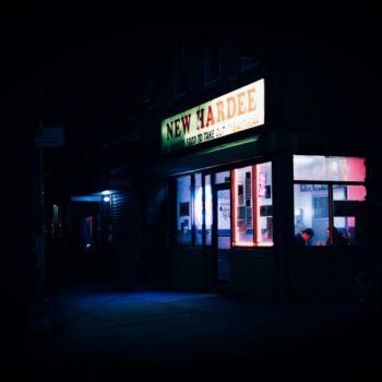 Neon Nights, una serie fotografica que relata la vida nocturna en NY (18)