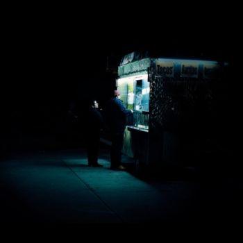 Neon Nights, una serie fotografica que relata la vida nocturna en NY (4)
