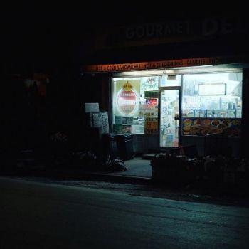 Neon Nights, una serie fotografica que relata la vida nocturna en NY (9)