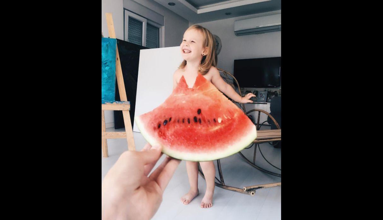 Madre viste a su hija con frutas y verduras en Instagram