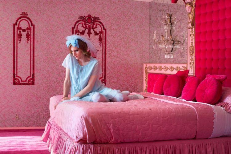 Pink Bedroom por Lissa Rivera (Estados Unidos).