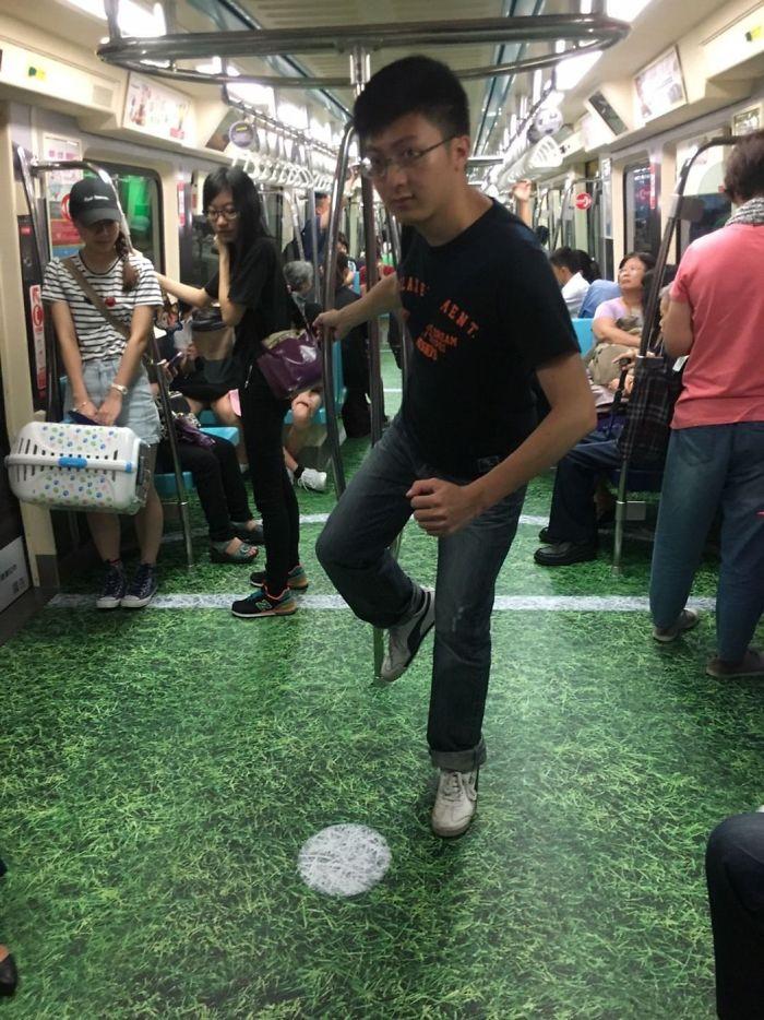 Vagones del metro en pistas deportivas