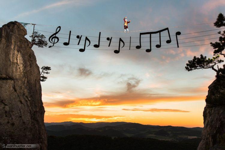 Proyecto libre de photoshop con mozart caminando sobre notas musicales