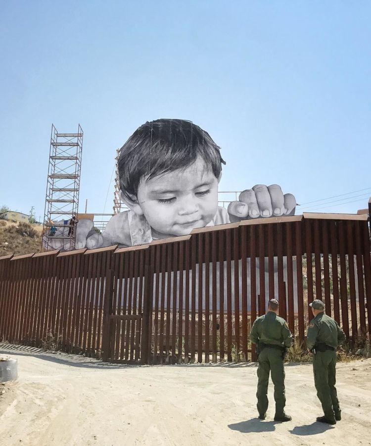 Niño gigante en la frontera de México-USA