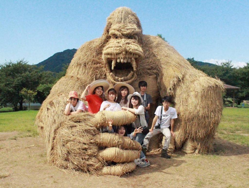 Esculturas de animales hechas de paja