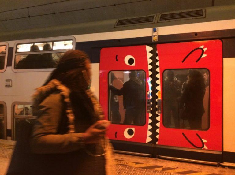 Puertas del metro transformadas en monstruos