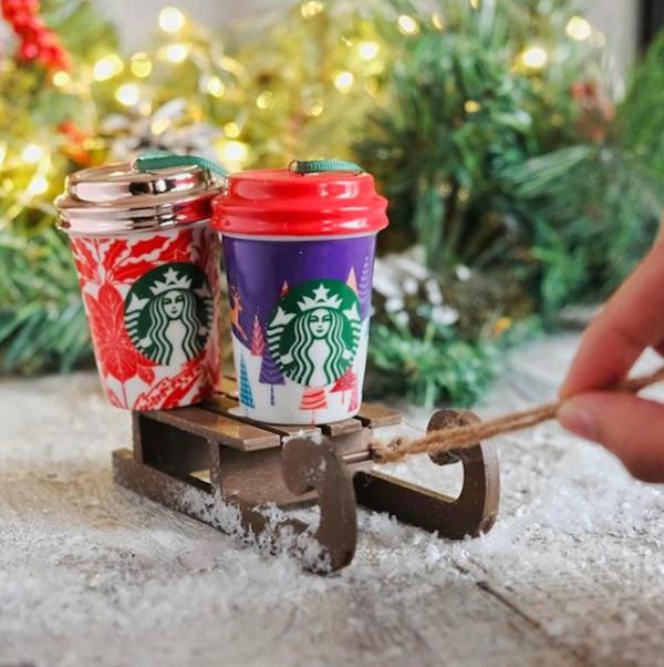 Tazas de Starbucks como decoración navideña