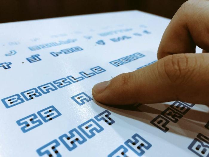 fuente que combina escritura en Braille con la tradicional