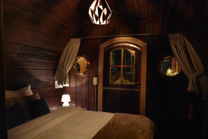 Creativo hotel diseñado para parecer una barricada de vino