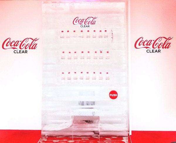 máquina expendedora hecha de hielo de coca-cola