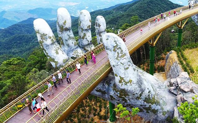 puente sostenido por manos gigantes (1)