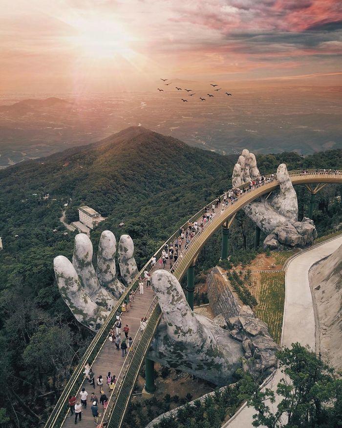 puente sostenido por manos gigantes (10)