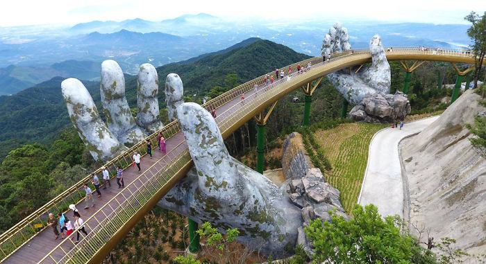 puente sostenido por manos gigantes (11)