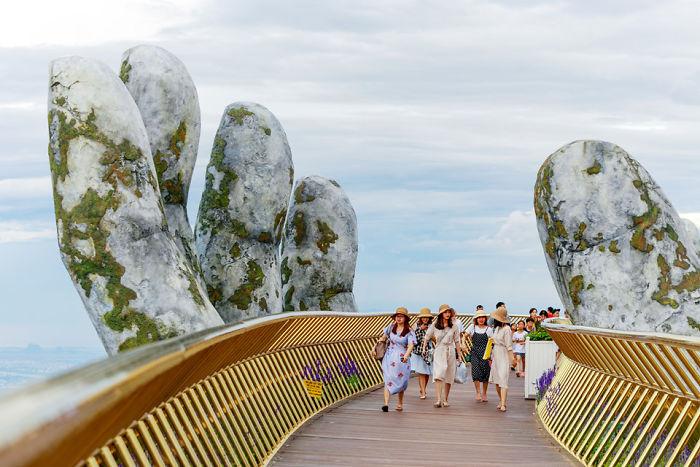 puente sostenido por manos gigantes (12)