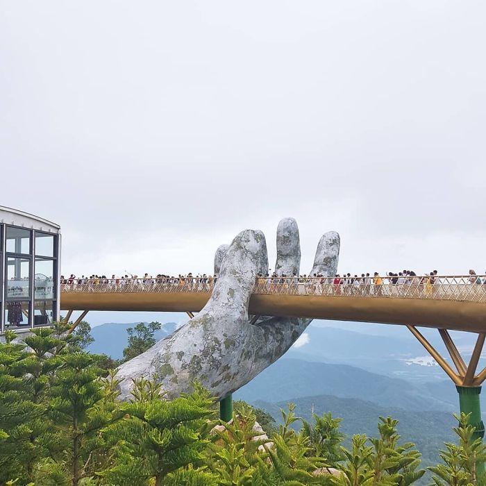 puente sostenido por manos gigantes (3)