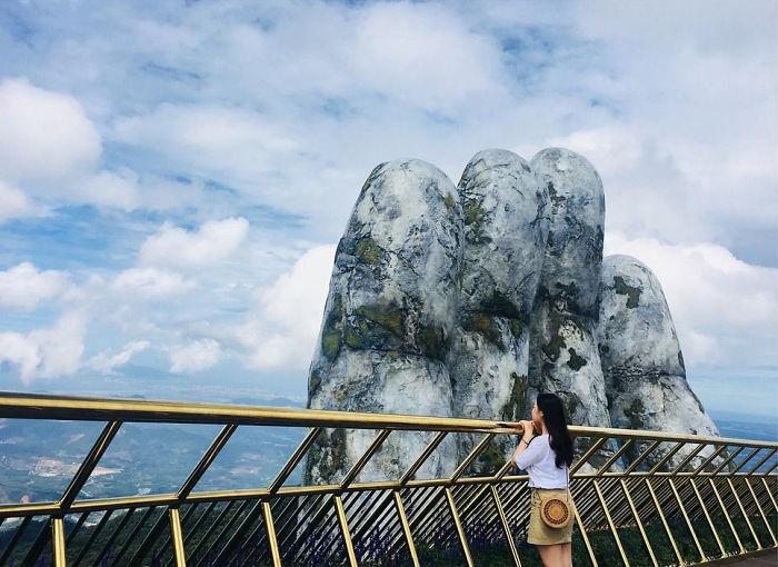 puente sostenido por manos gigantes (5)