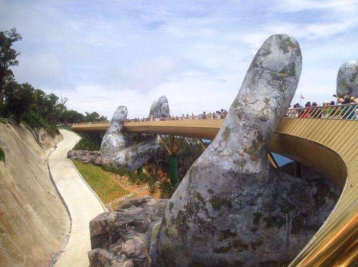 puente sostenido por manos gigantes (6)