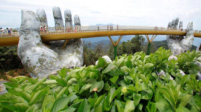 puente sostenido por manos gigantes (7)